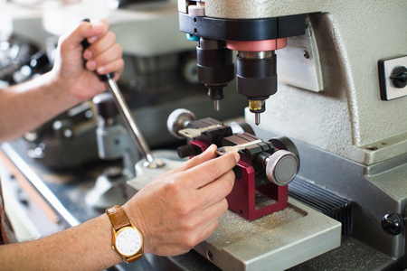 diligente: Profesionales diligentes clave claves toma de cortador de la puerta de copias en cerrajería