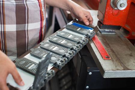 diligente: Hombre mayor diligencia haciendo el número de vehículos en la máquina en el taller Foto de archivo