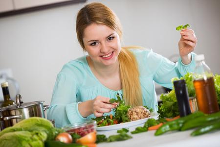 placa de ama de casa de decoración bonita con ensalada de verduras y queso