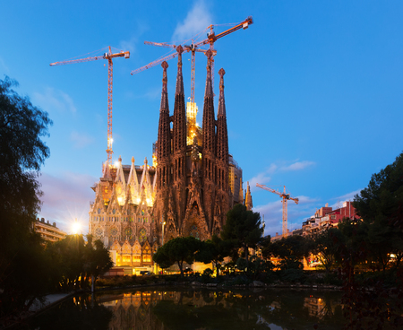 modernisme: BARCELONA, SPAIN - NOVEMBER 23, 2015: Sagrada Familia in twilight. Barcelona