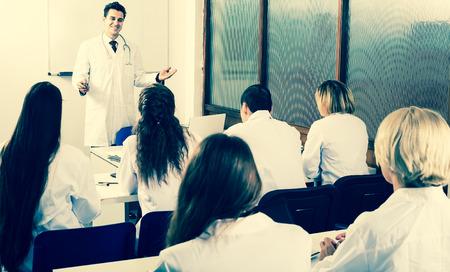Grupo de profesionales especialistas en monos blancos en cursos de capacitación