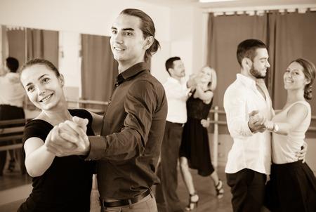 danza clasica: los adultos jóvenes felices disfrutando de la danza clásica en clase