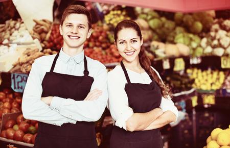 vendedores: Vendedores de amistad con verduras y frutas en las pantallas de mercado