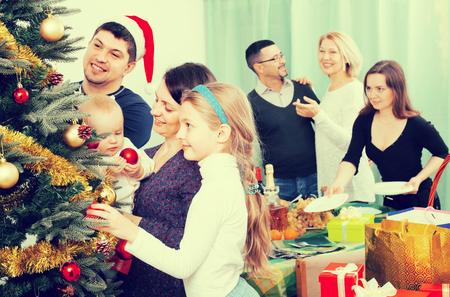 familia unida: familia unida feliz celebrar la Navidad juntos en casa. Centrarse en la ni�a