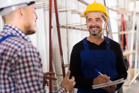 topografo: ingeniero de mediana edad que ofrece contrato para los empleados