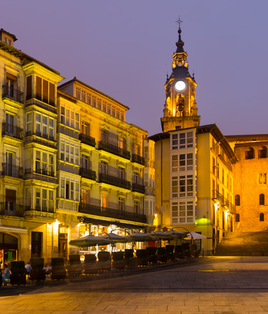 san miguel arcangel: Vista de noche de la plaza Virgen Blanca (Andre Maria Zuriaren plaza). Vitoria, España