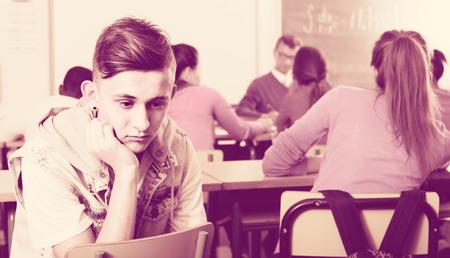 bulling: ? Pupila de la escuela que se sienta lejos de sus compañeros de clase y la sensación de depresión