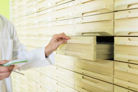 recetas medicas: Mano del cajón de apertura químico para el almacenamiento de recetas acabada