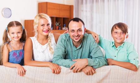 clase media: Retrato de la sonrisa de la clase media familia caucásica en casa. Centrarse en el hombre