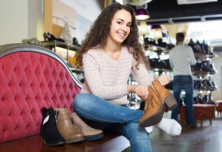 comprando zapatos: positivos femeninos zapatos de invierno femeninos de compra en la tienda de zapatos