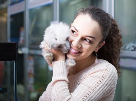 cavie: Ordinario spagnolo cliente femminile guardando cincillà soffice in petshop