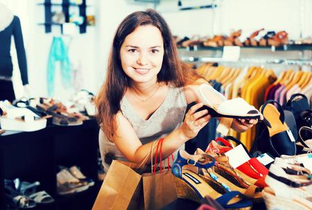 comprando zapatos: Glad jóvenes zapatos morena compra en la tienda de calzado de verano