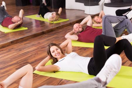 adult learners: Coche de la aptitud que muestra a adultos sonriente Estudiantes de nuevo ejercicio en clase