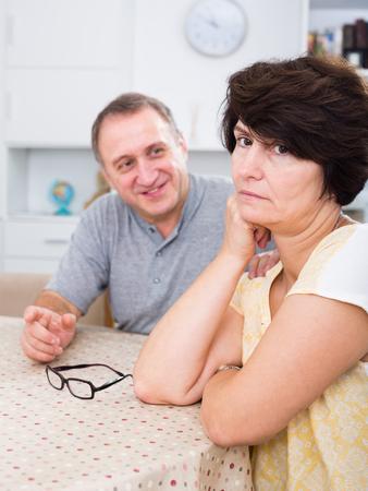 problemas familiares: mujer adulta triste experimentando problemas familiares con su socio en el interior