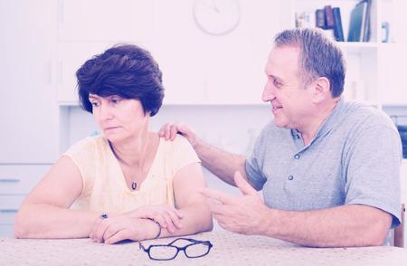 problemas familiares: Mujer madura experimentando problemas familiares con su socio en el interior Foto de archivo