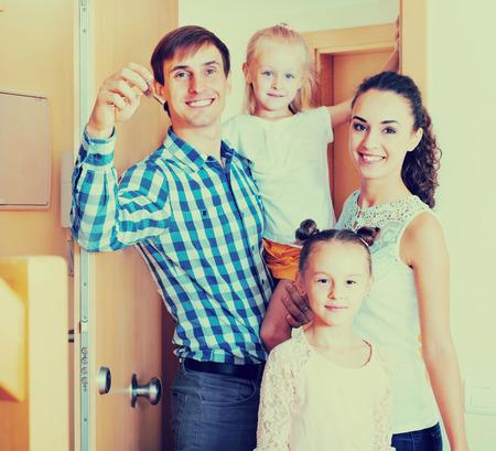 middle class: familia de clase media ordinaria en movimiento en la casa nueva Foto de archivo