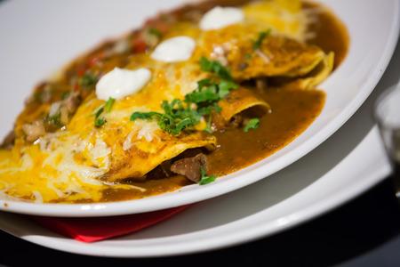 tortilla de maiz: tortilla de maíz tradicional enchilada con salsa de ají en el restaurante