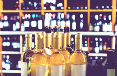 tomando refresco: Primer punto de vista de varias botellas de bebidas alcohólicas en la tienda de vinos