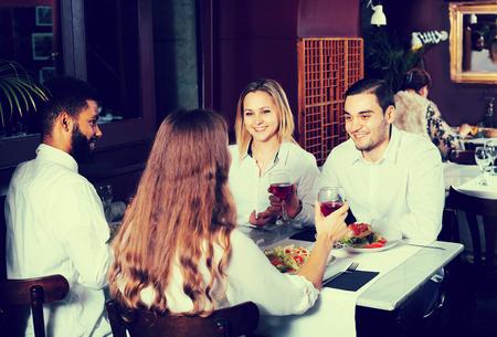 middle class: Buenas gente de clase media de 40 años que disfrutan de la comida en el café y hablar