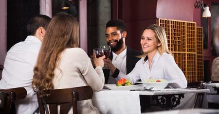 clase media: La gente feliz clase media disfrutando de la comida y hablar