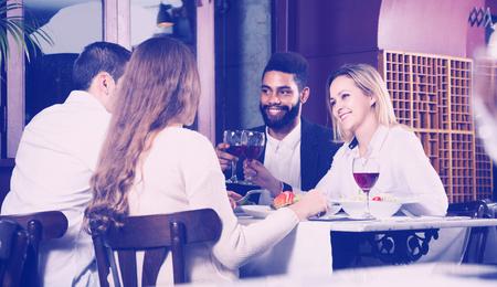 middle class: Los españoles de clase media felices disfrutando de la comida en el café y hablar