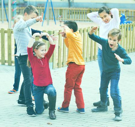 niños actuando: Acting game with children making performance outdoor in autumn