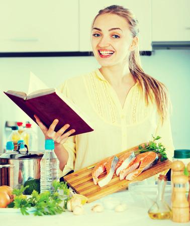 jorobado: niña feliz con la comprobación de pelo largo recetas de plato de trucha Foto de archivo
