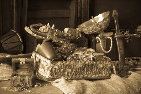 Old treasure chests with vintage gems and jewellery Stock Photo