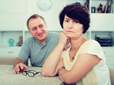 problemas familiares: Adult woman experiencing family problems with partner indoors