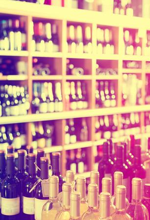 Blick auf Supermarktregale mit breitem Sortiment an Wein Standard-Bild