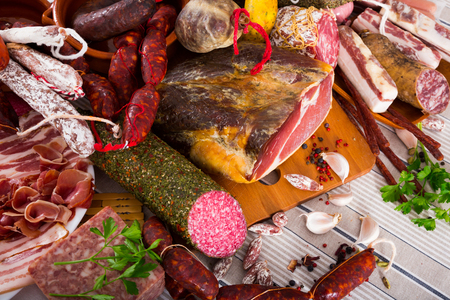 carnes: All sorts of sausages, meats and mince with herbs on table