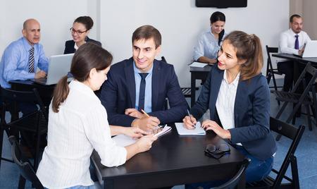 Erwachsene Europaische Leute Die Produktiv Auf Geschaftsprojekt