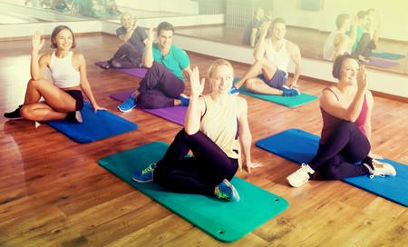 adult learners: adultos alegre que clase de yoga en club de deporte