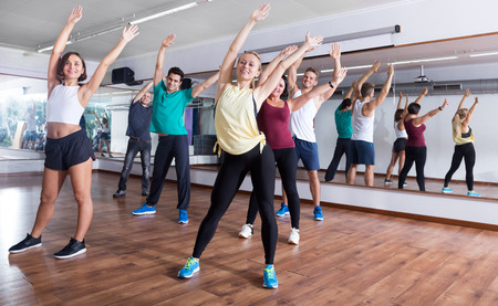 adult learners: adultos felices que tienen clase de gimnasia grupo en el club deportivo