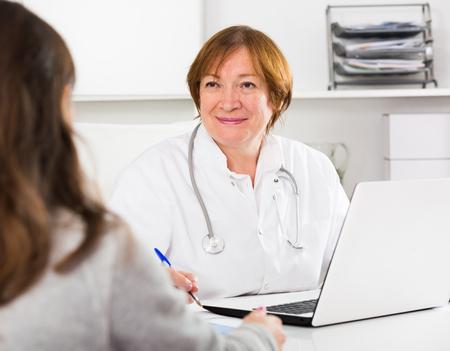 Hembra joven cliente visitando consulta con la mujer médico en el hospital