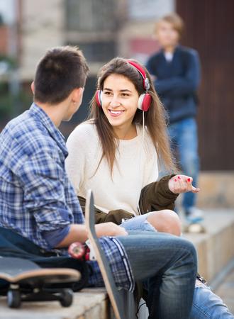 celos: adolescente celosa y sus felices amigos europeos después de un conflicto al aire libre