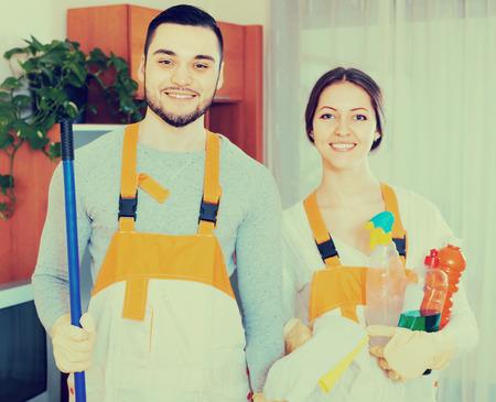 empleada domestica: Retrato, sonriente, profesional, limpiadores, equipo