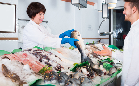 普通の男性顧客を選択して、ショップで魚を購入
