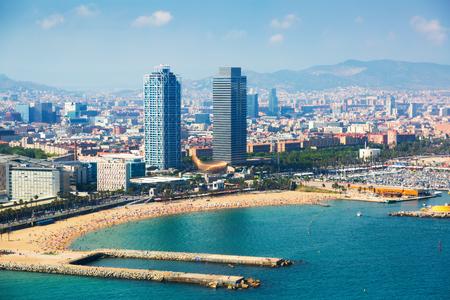 vista aérea de Barcelona desde el mar Mediterráneo. España Editorial