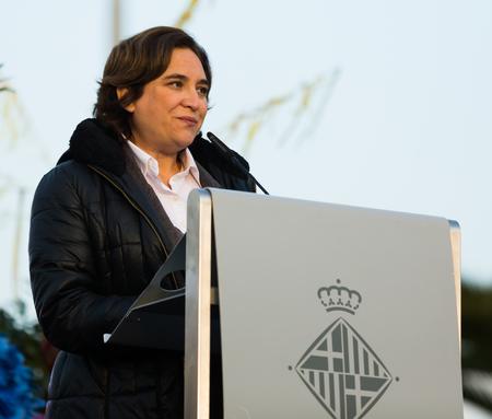 BARCELONA, ESPAÑA - 5 DE ENERO DE 2017: Alcalde de Barcelona que se encuentra y que saluda a tres reyes y ciudadanos. Barcelona, ??España