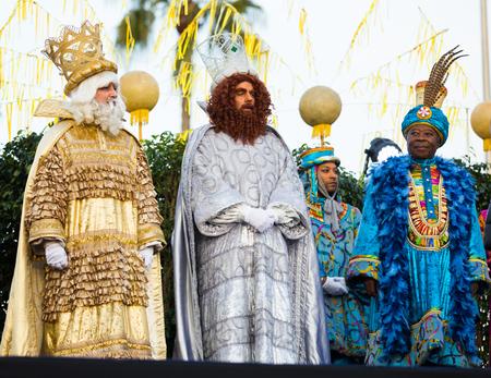BARCELONA, ESPAÑA - 5 DE ENERO DE 2017: Tres reyes que saludan alegre a ciudadanos y huéspedes de Barcelona. Barcelona, ??España