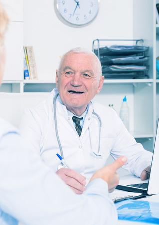 Mujer, teniendo, consulta, macho, doctor, hospital