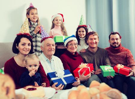 Famille nombreuse faisant de nombreuses photos pendant le dîner en famille. Focus sur un homme âgé