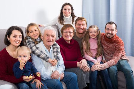 La famiglia sta fotografando momenti migliori durante la cena di Natale. Archivio Fotografico - 75705487