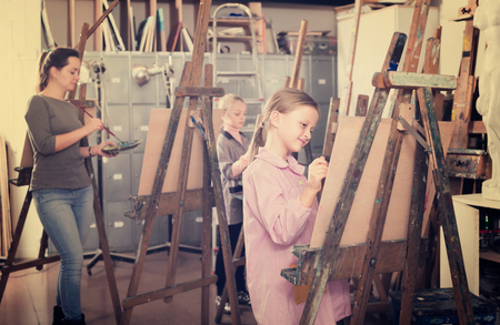 neatness: Students teens learn to skillfully draw the lesson of painting in art studio