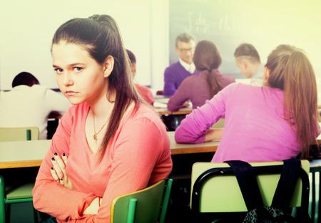 bulling: estudiante outcasted sola que es atestada por otros estudiantes en la clase
