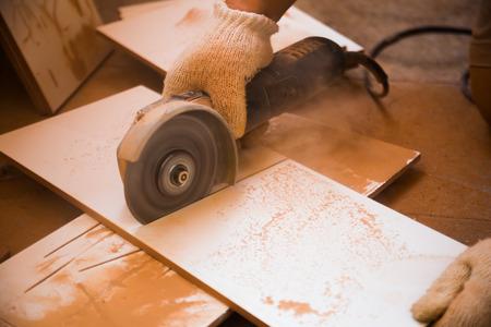 Sluit omhoog op hoekmolen die ceramisch verhaal in workshop snijdt