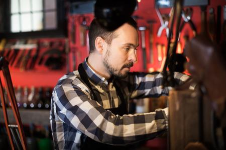 diligente: Serio trabajador masculino de procesamiento de cuero para el cinturón en el estudio de cuero