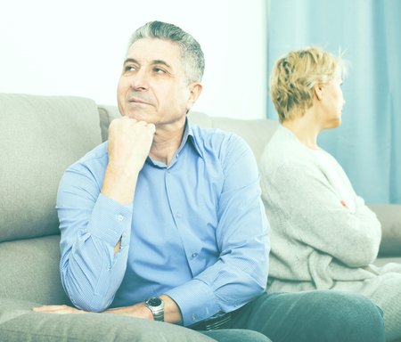 arrogancia: marido y mujer envejecida peleas entre sí en la clarificación de la relación familiar Foto de archivo
