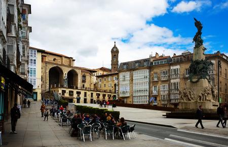 san miguel arcangel: VITORIA, ESPAÑA - 21 DE ABRIL DE 2016: Vista del día de la Plaza Virgen Blanca (plaza Andre Maria Zuriaren). Vitoria-Gasteiz, España